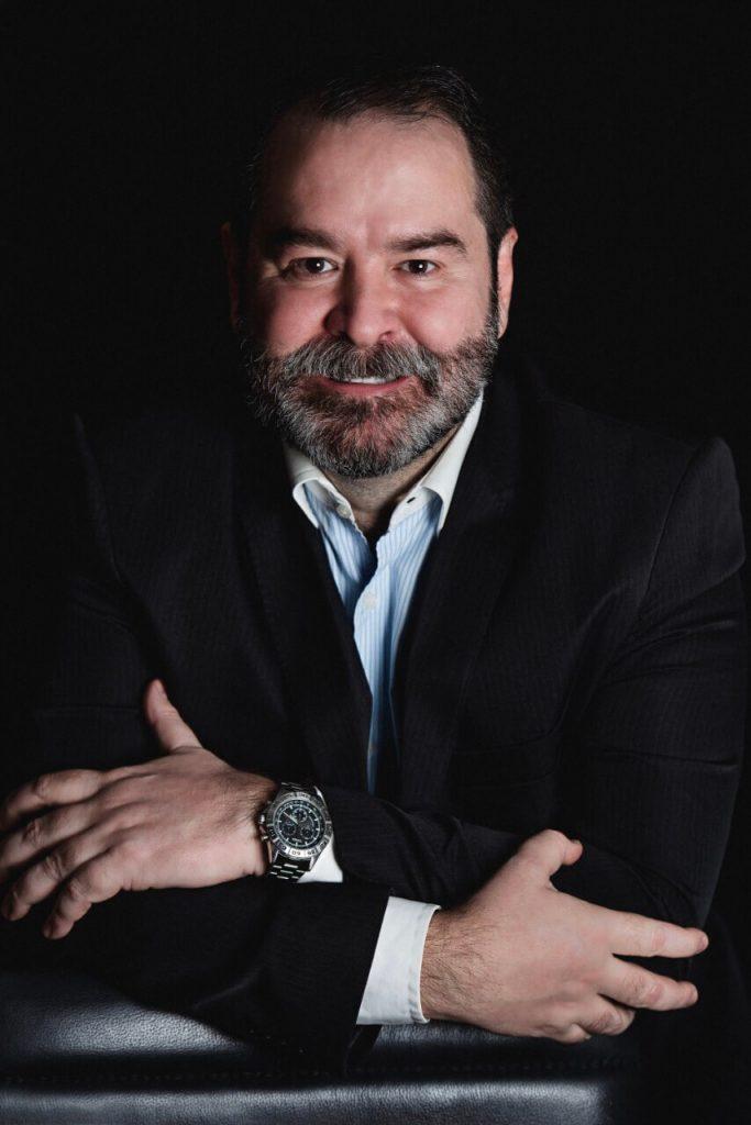 foto dr. iran sanches braços cruzados sorrindo