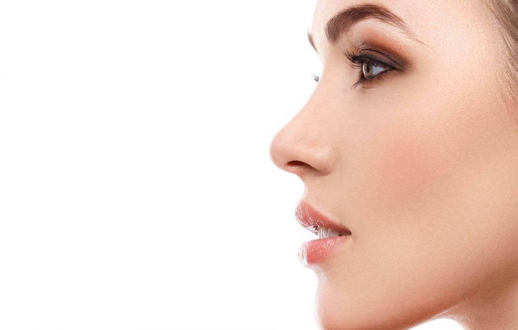 rosto mulher nariz delicado demonstrando procedimento Septoplastia