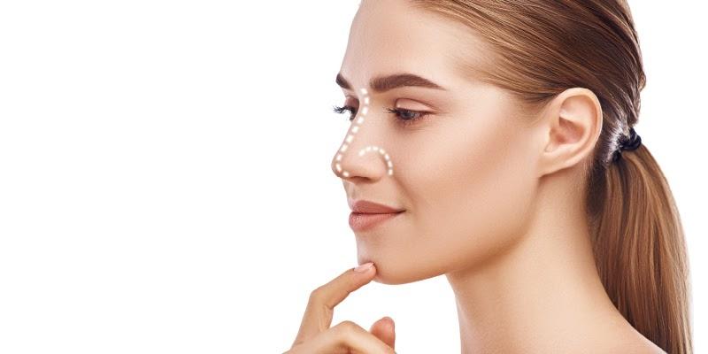 foto de mulher pensativa com o nariz destacado mostrando dúvida sobre rinoplastia
